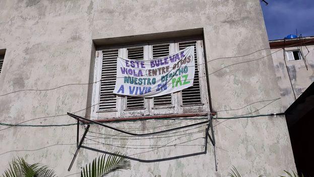 Los vecinos de la calle N entre 23 y 25 llevan años enfrascados en una dura batalla legal para que se cambie de lugar una área recreativa infantil instalada al lado de sus ventanas. (14ymedio)