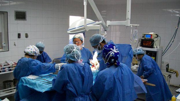 Un equipo médico durante una operación.