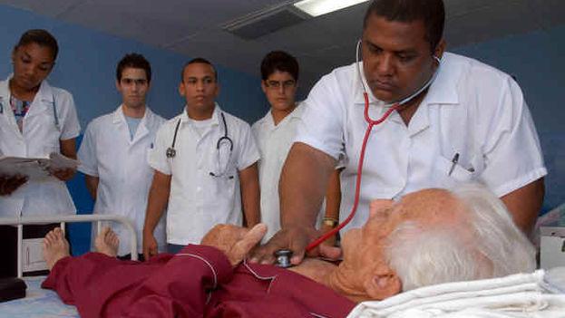 Un grupo de médicos con un paciente.