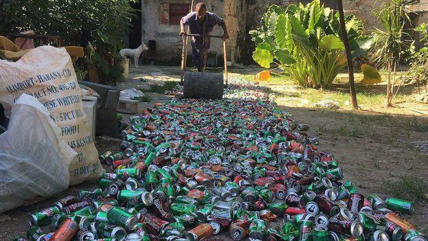 El kilogramo de latas de refrescos o cervezas se paga a 13 CUP, por lo que Yoerquis necesita aplastar el material durante muchas horas para sacar un dinero que le permita cubrir los gastos. (14ymedio)