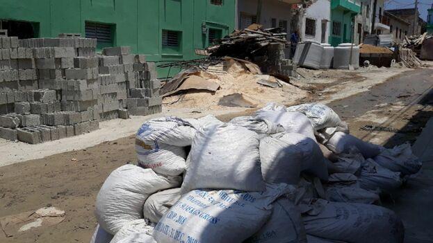 Algunos materiales que Yanisley Valdés no ha podido guardar en su casa están en el medio de calle como esos sacos de piedra. (14ymedio)