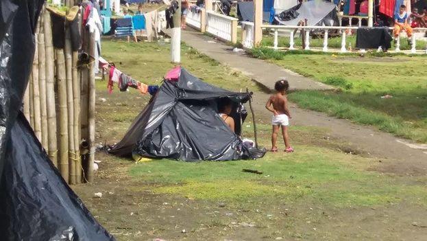 Una niña cubana juega entre los refugios improvisados en el pueblo de La Miel, Panamá. (Cortesía)