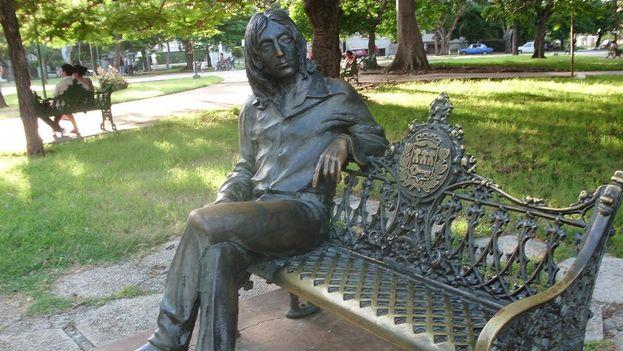 A John Lennon lo sentaron, le cerraron la boca y lo pusieron en pose amistosa: una estatua de bronce que deja sentar a su lado a cientos de turistas diariamente. (turismoencuba.com)