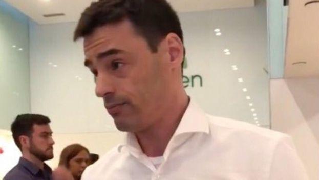 Aaron Schlossberg durante el incidente en el restaurante de Manhattan en el que sucedieron los hechos. (Captura)