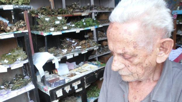 Florentino Cárdenas, hierbero con un local de venta en la esquina de las calles Martí y Maceo en Santa Clara. (14ymedio)