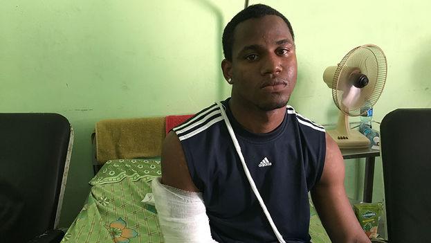 Alex Gata Vergara, de 21 años, es uno de los dos estudiantes heridos en el accidente. (14ymedio)