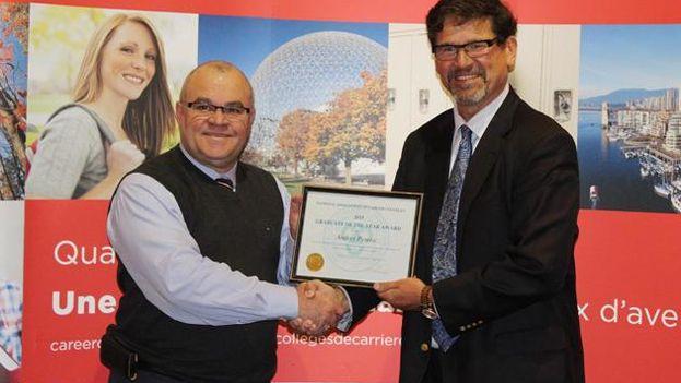 Andrés Perera recibe la distinción como Mejor Graduado de Canadá 2015. (Torontohispano.com)