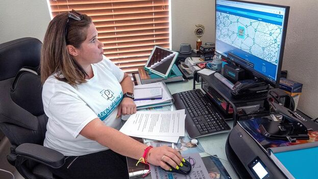 La rastreadora voluntaria de orgigen cubano, Diana Artiles, trabaja desde su casa usando la aplicación Covid Fighter App, en Homestead. (EFE/EPA/Cristobal Herrera-Ulashkievich)