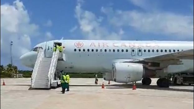 Aterrizaje del avión de Air Canada en el Aeropuerto Internacional de Jardines del Rey, retransmitido en directo por el grupo Gaviota. (Captura)