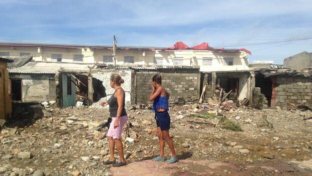 Dos vecinas de Baracoa observan el desastre tras el paso de 'Isaías'. (Claudia Rafaela Ortiz Alba/cortesía)
