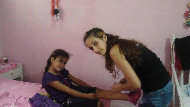 Yanet Bitón Santamaría, la cubana que llegó a Estados Unidos en moto acuática, junto a su hija Salet Suárez Bitón, de 11 años, que se quedó en Cuba. (EFE/Luis Manuel Borges)