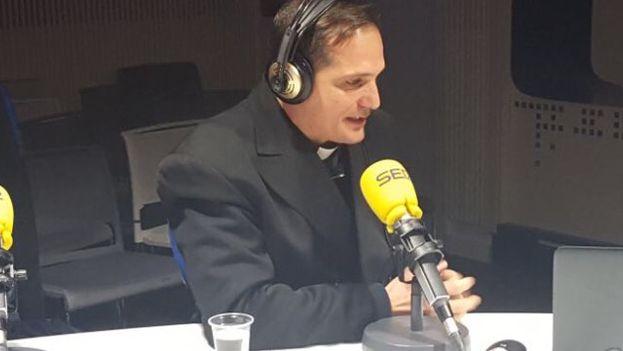 Castor José Álvarez Devesa habla desde la Cadena SER, en Madrid, sobre su viaje esta tarde al Vaticano. (@observacuba)