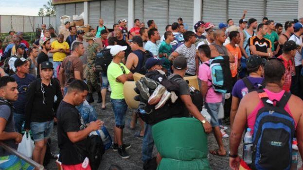 Cerca de 1.000 emigrantes cubanos en tránsito hacia EE UU están varados en el lado panameño de la frontera con Costa Rica. (EFE)