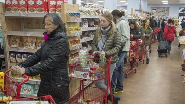 Clientes en un supermercado de Washington, D.C haciendo acopio de víveres ante la inminente tormenta de nieve, el jueves. (EFE/Michael Reynolds)