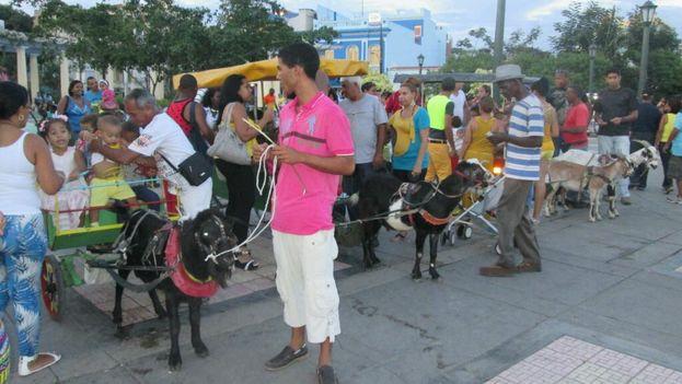Coches con chivos para el entretenimiento infantil en Santiago de Cuba. (Yosmani Mayeta/14ymedio)