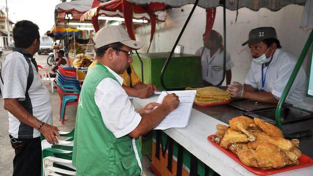 Control de alimentos en un puesto callejero de la costa norte colombiana. (Gobierno de Colombia)