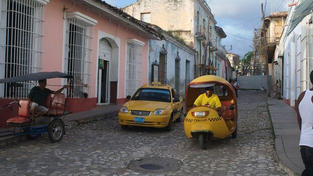 La mayoría de los vehículos de la empresa estatal Cuba Taxi debe usar el taxímetro, pero sus conductores apenas lo encienden. (Nycecile)
