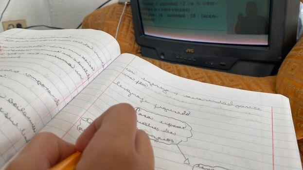 En Cuba, ante la escasa penetración de internet, se intenta apoyar la enseñanza a través de la televisión. (14ymedio)