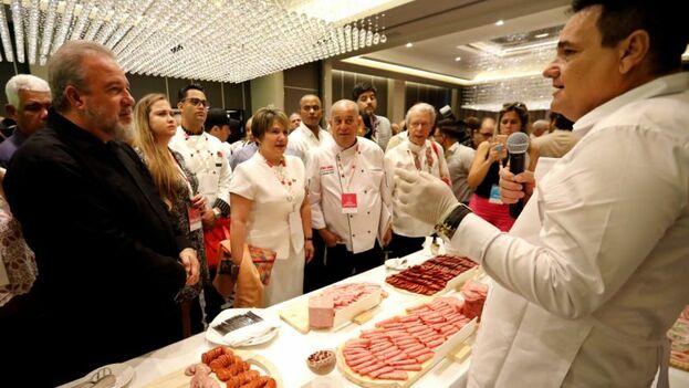 Lis Cuesta, como presidenta del comité organizador, asistió al evento con el presidente Miguel Díaz-Canel y el primer ministro Manuel Marrero. (EFE)