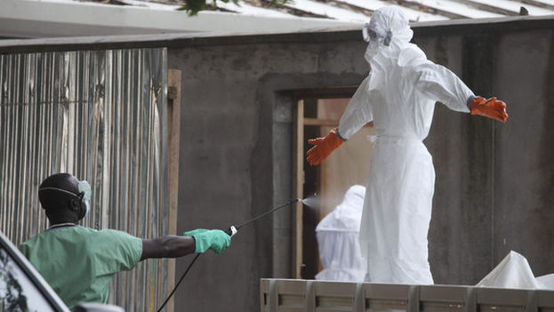 Desinfección de personal sanitario en Monrovia (Liberia) durante el reciente brote de ébola. (EFE)