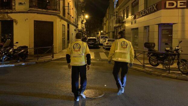 Un equipo de Emergencias se aproxima al lugar de la pelea en Usera que acabó con la muerte de un joven cubano. (Emergencias Madrid)