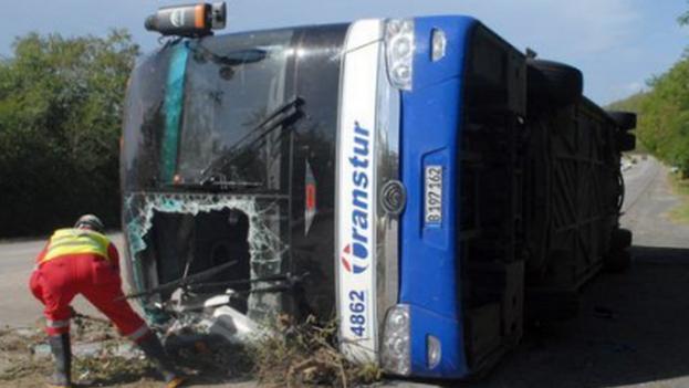 En el autobús, perteneciente a la Empresa de Transporte de la provincia central de Sancti Spíritus, viajaban 28 adultos y 14 menores. (Cubadebate)