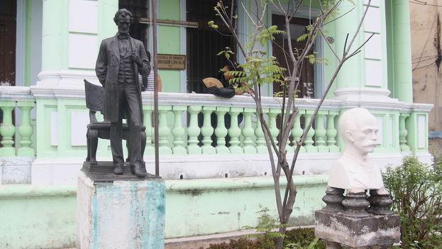 Escultura de Abraham Lincoln en la escuela de idiomas más popular de La Habana. (14ymedio)