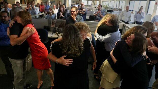 Los trabajadores del 'South Florida Sun Sentinel' se abrazan al recibir la noticia del Pulitzer ganado por su cobertura de la matanza de Parkland. (@SunSentinel)