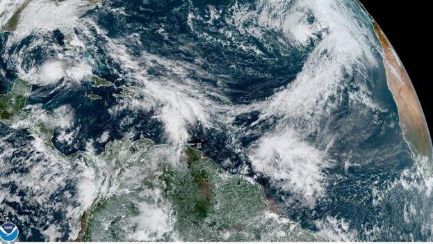 Fotografía satelital cedida por el Centro Nacional de Huracanes donde se muestra la localización de la tormenta tropical Eta (i) en el Golfo de México y la tormenta subtropical Theta (d) en el Atlántico. (EFE/NOAA-NHC)