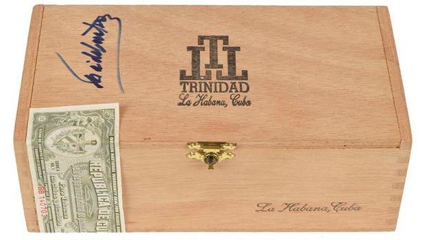 Fotografía cedida por RR Subastas muestra la caja de puros firmada por el líder de la Revolución cubana. (EFE)