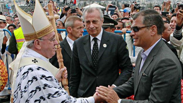 El papa Francisco I y el presidente de Ecuador, Rafael Correa, en Quito. (Presidencia de Ecuador)