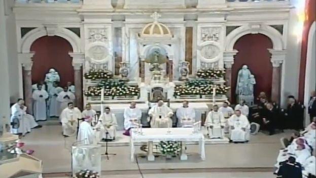 El papa Francisco celebra misa en el Santuario de la Virgen de la Caridad del Cobre.