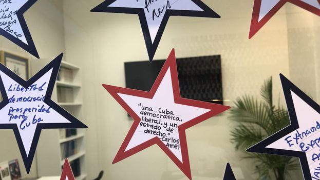 """""""Una constelación de estrellas invade el modesto edificio que la Fundación Nacional Cubano Americana (FNCA) tiene como sede en la Calle Ocho de Miami. (14ymedio)"""