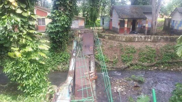El puente, que estaba en mal estado, cayó cuando un grupo que recibía el alta del centro de aislamiento se despedía del personal. (Gobierno Provincial del Poder Popular en Matanzas)