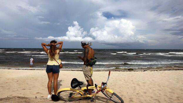 'Grace' puede dejar lluvias y marejadas a su paso por Cuba. (EFE)