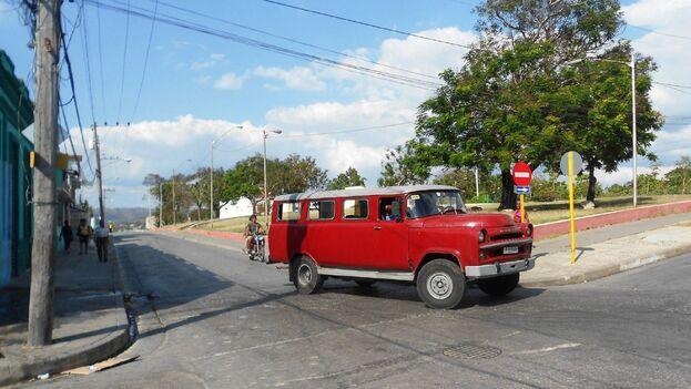 Las autoridades de Guantánamo legalizarán los vehículos que fueron transformados en camionetas de transporte de pasajeros. (Riccardo Romano)