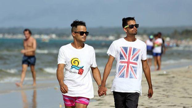 Abel Gutiérrez Llanez (izq), de 32 años y su pareja Daniel Verdecia Nápoles (der), de 18, posan en la playa Mi Cayito, en La Habana, sitio de encuentro de la comunidad gay. (Alejandro Ernesto/EFE)