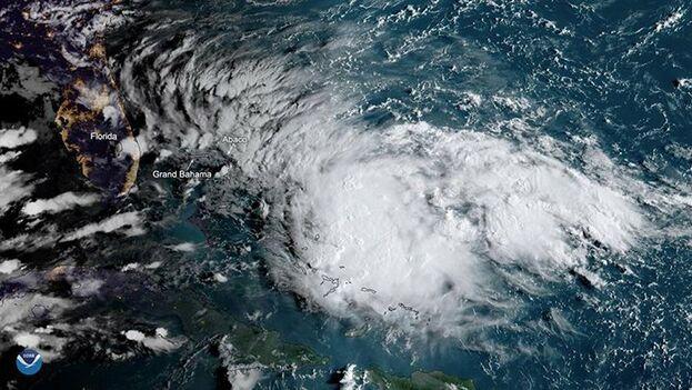 Humberto se fortalecía la madrugada de este lunes y se dirige hacia el norte. (NOAA)