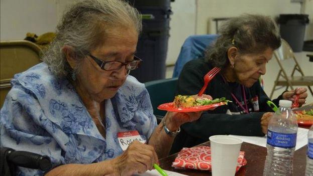 Dos ancianas comen en el albergue de Hunger Free Colorado, en Denver. (EFE/Hunger Free Colorado)