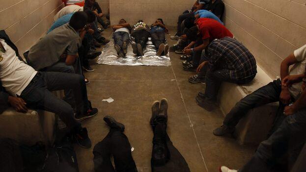 Según ICE ya se han detectado 818 casos entre los internos en sus centros. (EFE)