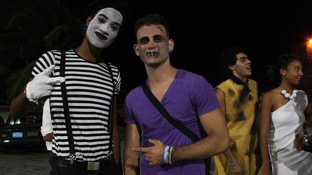 Jóvenes disfrazados durante la celebración de Halloween en La Habana (Foto Luz Escobar)