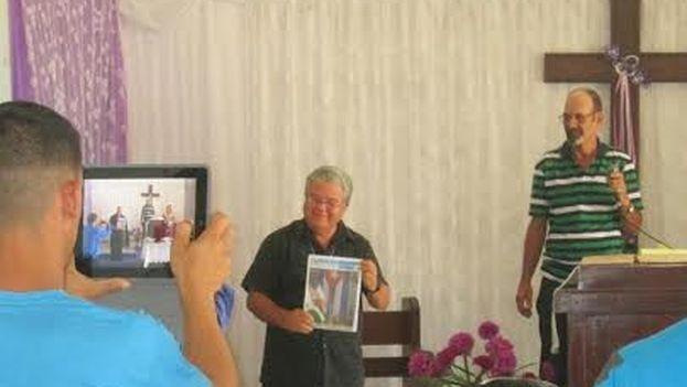 José Conrado Rodríguez en el momento de recibir el premio del Instituto Patmos