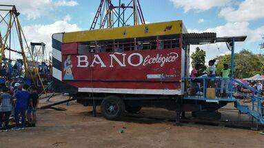 Juan Reyes remodeló una camión para contener diez cabinas con baños y hasta una ducha. (14ymedio)