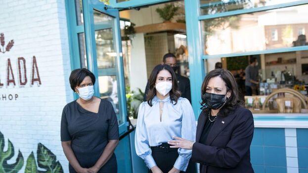 Kamala Harris quiso defender el plan de su Gobierno para los comercios durante la visita a un restaurante cubano en Washington. (EFE)