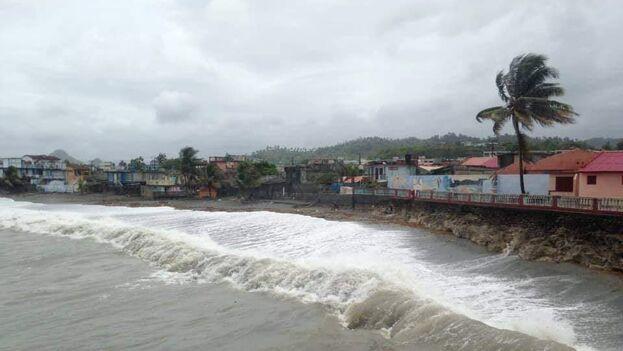 La tormenta tropical 'Laura' este domingo a su paso por Baracoa. (Facebook/Claudia Rafaela Ortiz Alba)