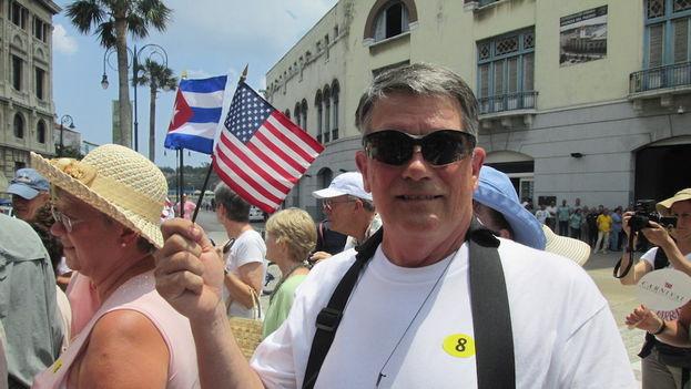 A los residentes en La Habana se les sumaron también varios turistas que no querían perderse el histórico momento.