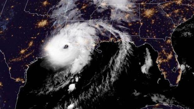 Localización del huracán 'Laura' este jueves a las dos de la madrugada. (EFE/NOAA-NHC)