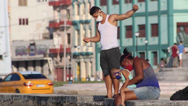 El malecón es uno de los mayores atractivos de La Habana para los turistas, pero también para los residentes. (14ymedio)