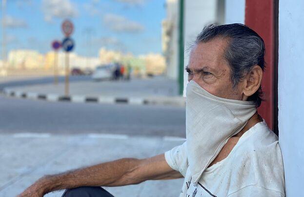 Marcelino Piedra Mesa, lleva 50 años viviendo en Marina 751 y habla del mar como si fuera una persona. (14ymedio)