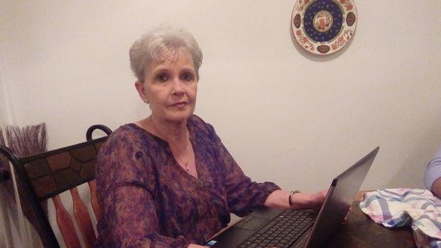 Marta Cortizas compila cada día noticias, columnas de opinión y reportajes para enviarlos por correo electrónico a Cuba. (14ymedio)